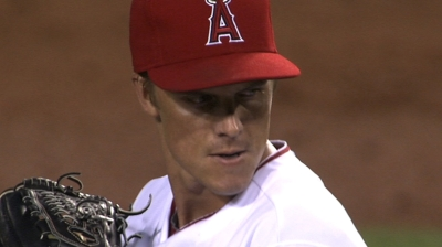 Dodgers' Greinke (elbow) throws off mound