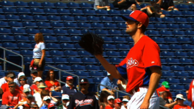 Hamels dominates Braves as offense comes to life