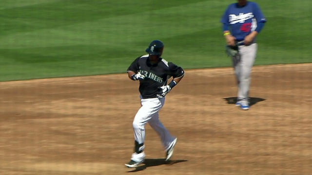 Mariners showcase power, continue homer parade