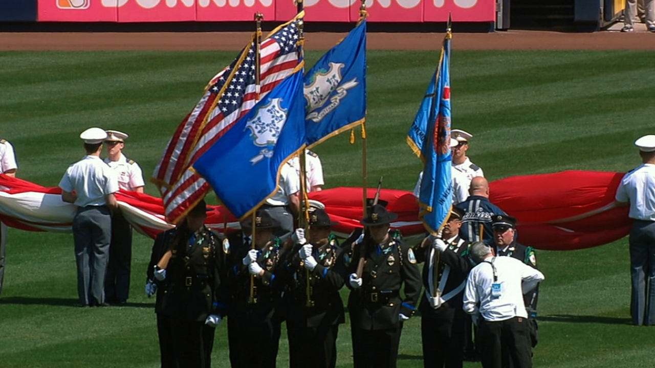 Red Sox, Yanks united in honoring Newtown
