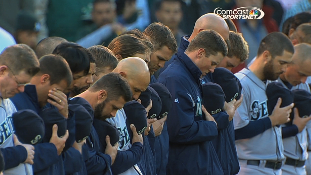 Red Sox, Indians take time with Newtown victims