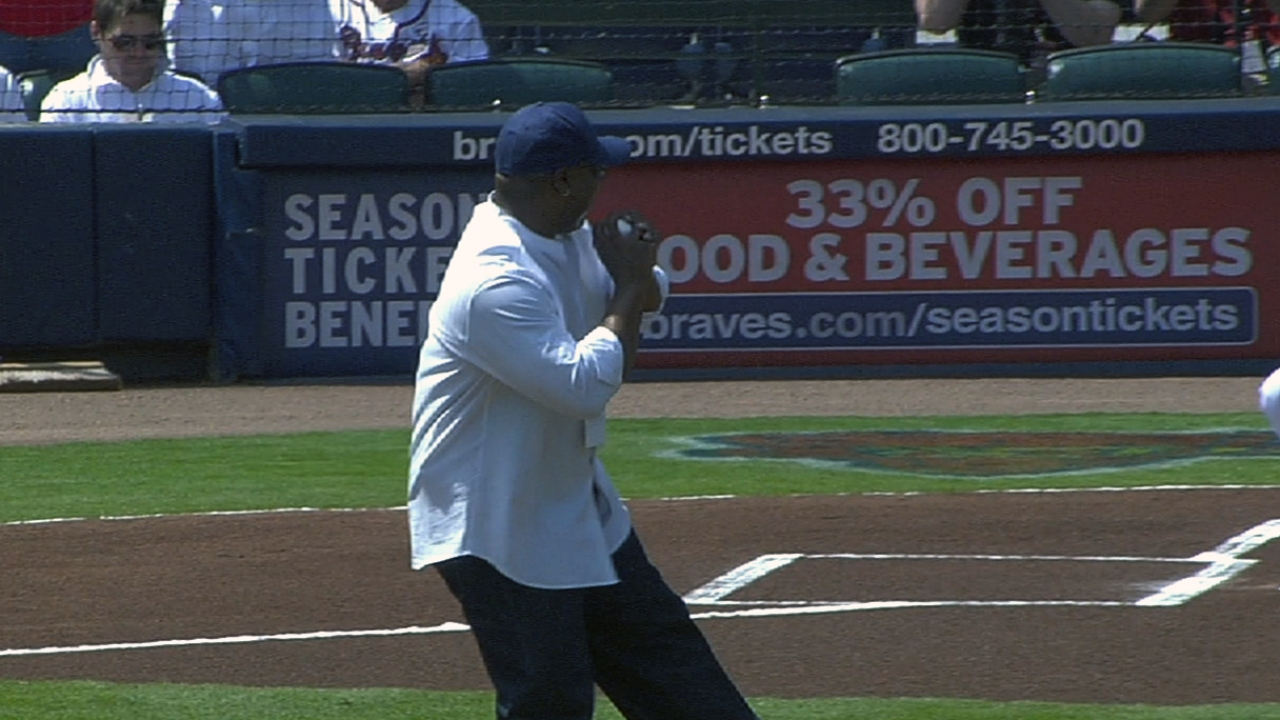Bo knows KC: Legend tosses out first pitch in Atlanta