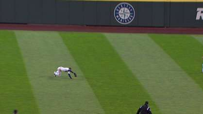 Chavez makes a great diving catch