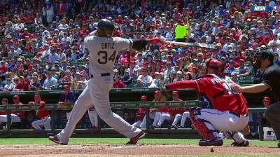 Ortiz goes deep, extends hit streak to 25 games