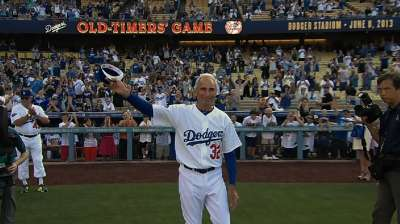 Dodgers, Yankees 'Old Timers' provide thrills