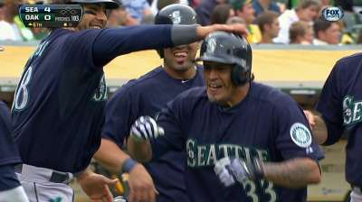Blanco makes Mariners debut behind the plate