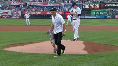 Former outfielder Kidd throws first pitch in Bronx