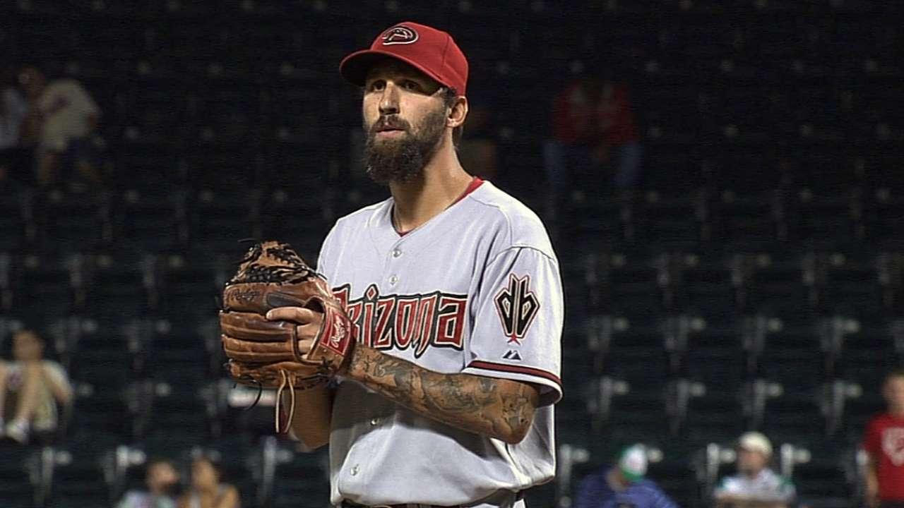 Marlins sign reliever Roe to Minor League deal