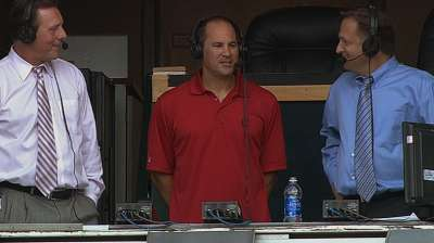 Vizquel welcomed warmly in visit to Cleveland