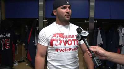 Braves support Freeman with 'Hugs for Votes'