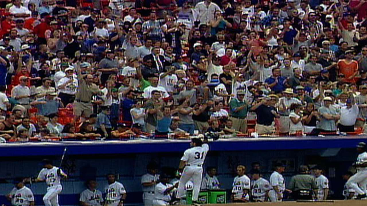 Mike Piazza flips his bat after home run