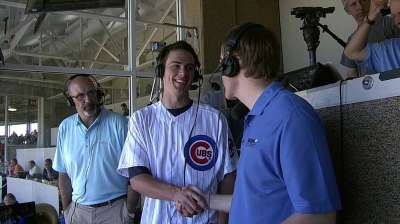 Cubs players give Bryant special welcome to Wrigley