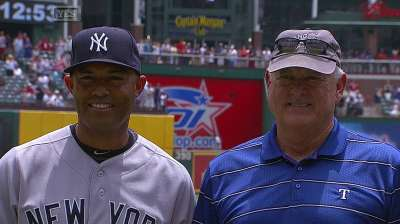 Wetteland helps Rangers pay tribute to Mo