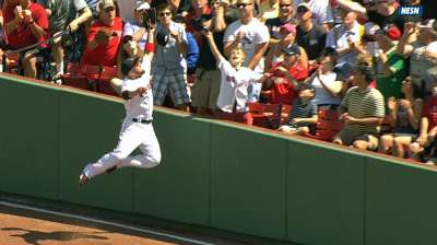 Victorino goes all out to make leaping grab