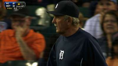 Leyland, Pena ejected as umpires miss foul ball
