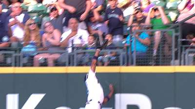 Mariners repeat past mistakes; offense shut down