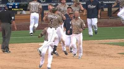 Padres superan a Cachorros en duelo de 15 innings