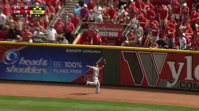Wainwright stung by Reds again in series opener