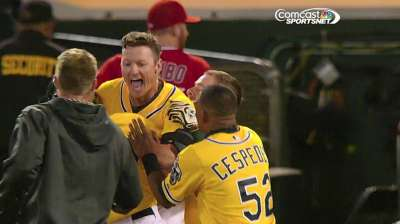 A's close in on AL West title with walk-off win