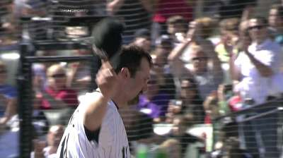 Mum on future, Konerko leaves finale to ovation