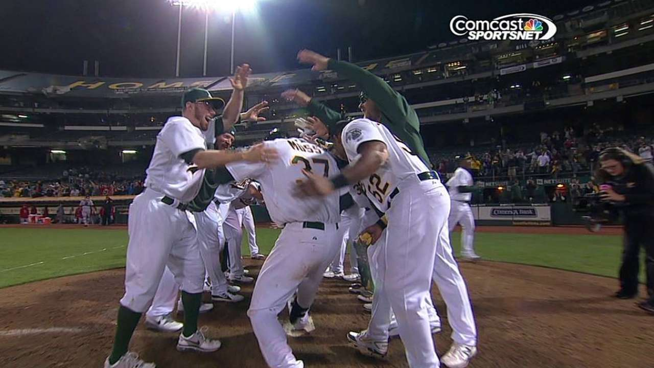 Moss' walk-off HR ends longest game in A's history