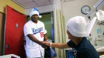 Puig visita, reparte regalos en Hospital de Niños de L.A.