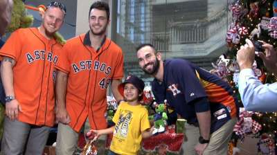 Astros bring holiday cheer to Ronald McDonald House