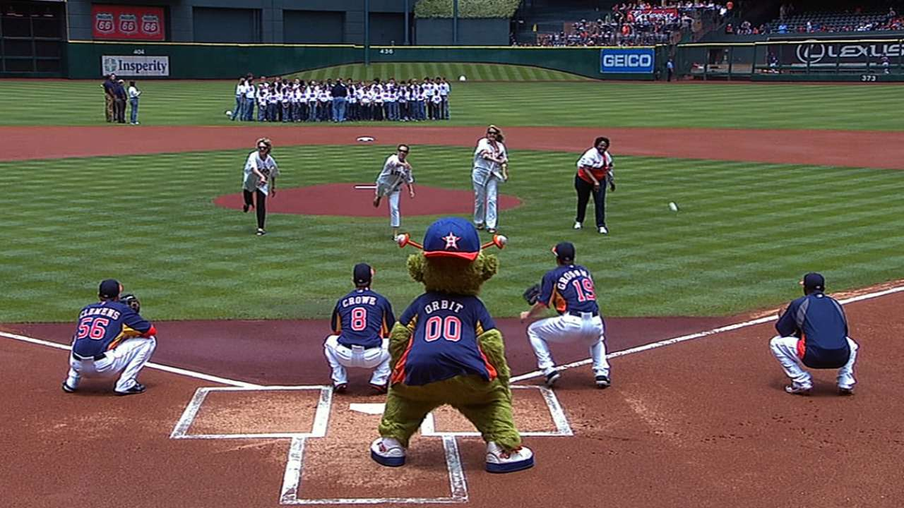 Astros' moms throw out first pitches