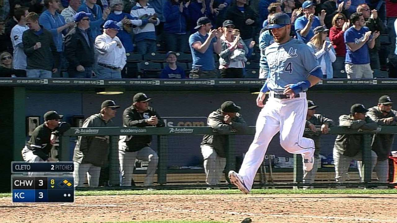 Perez delivers clutch double, seals win for Royals