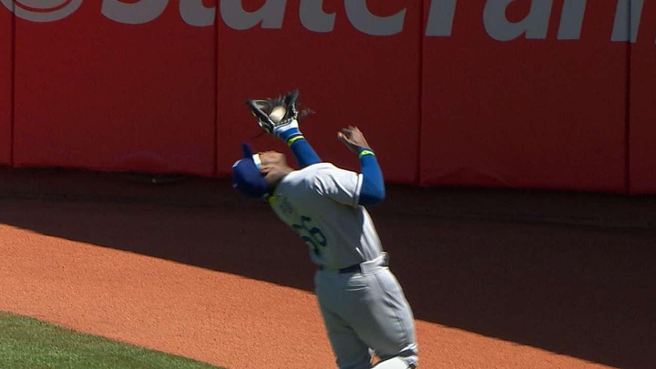 Ryu dominates as Dodgers take down Giants