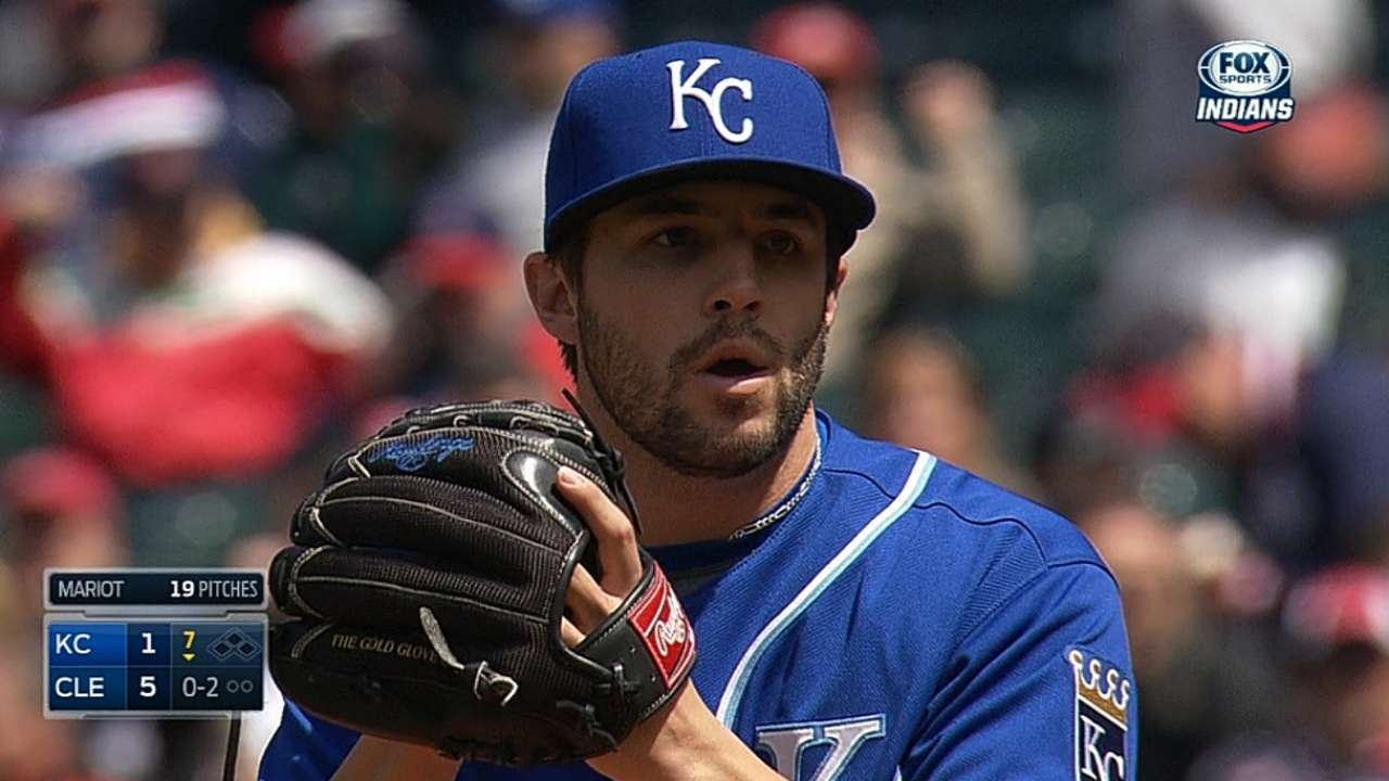 Royals option Pena, recall righty Mariot