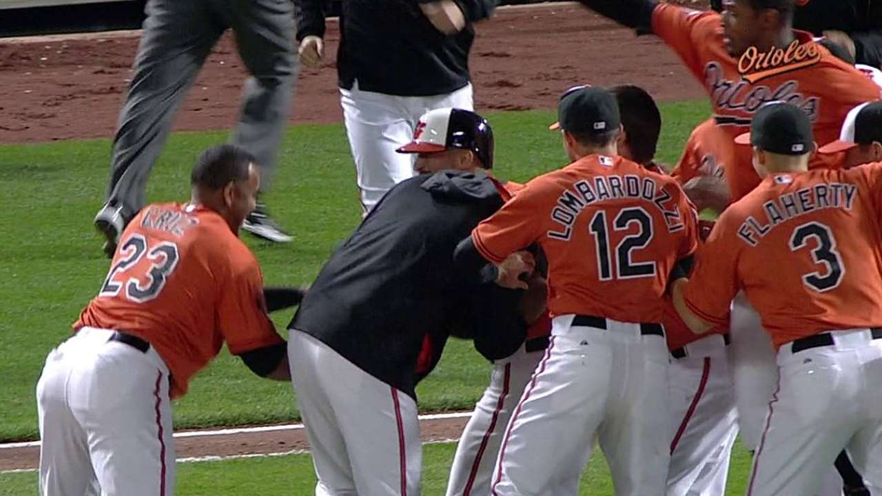 Markakis delivers walk-off hit in Nick of time
