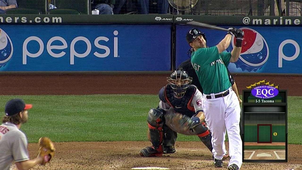 Hernández domina a Astros y liga 3era victoria en fila