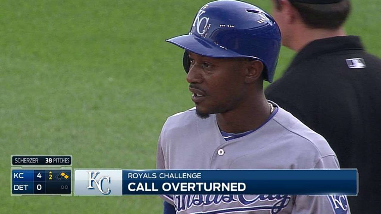 Royals get close call at first overturned vs. Tigers