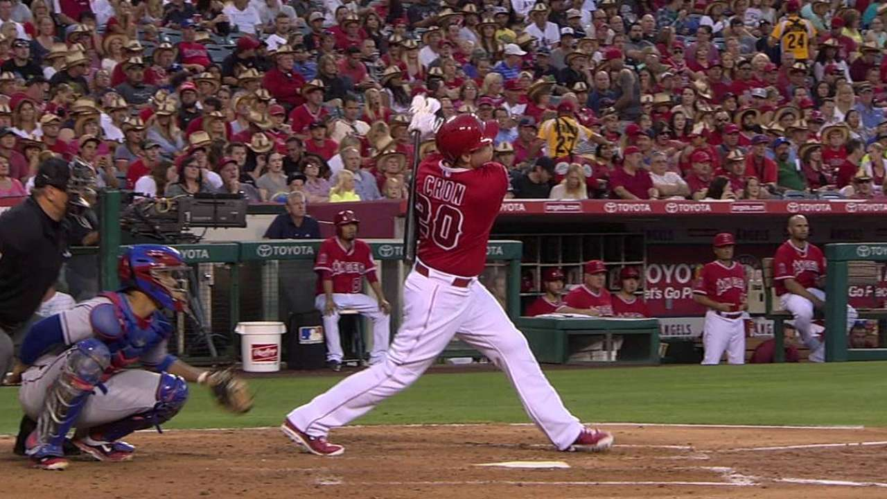Angels se apoyan en Richards para vencer a Texas