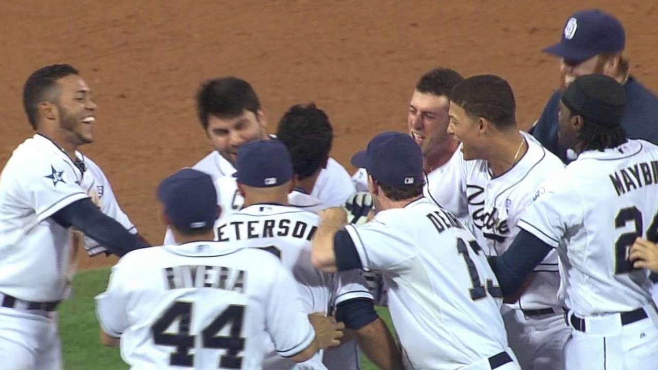 Padres anotan 3 en la 9na para derrotar a Dodgers