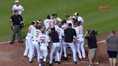 Davis belts pinch-hit walk-off homer to top White Sox