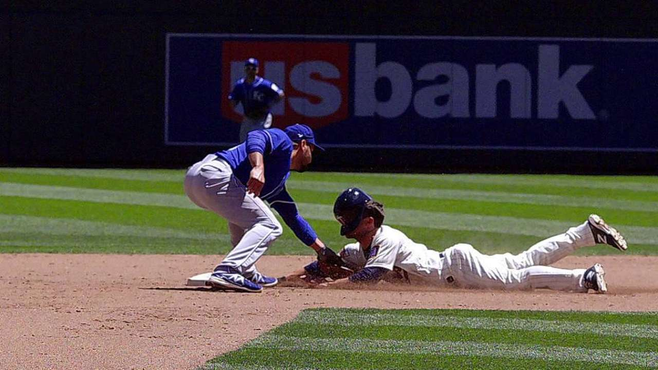 Twins' challenge overturns out call vs. Royals