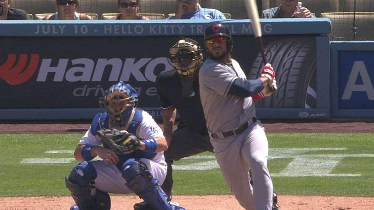 Indios hunden a Dodgers con reacción cerca al final