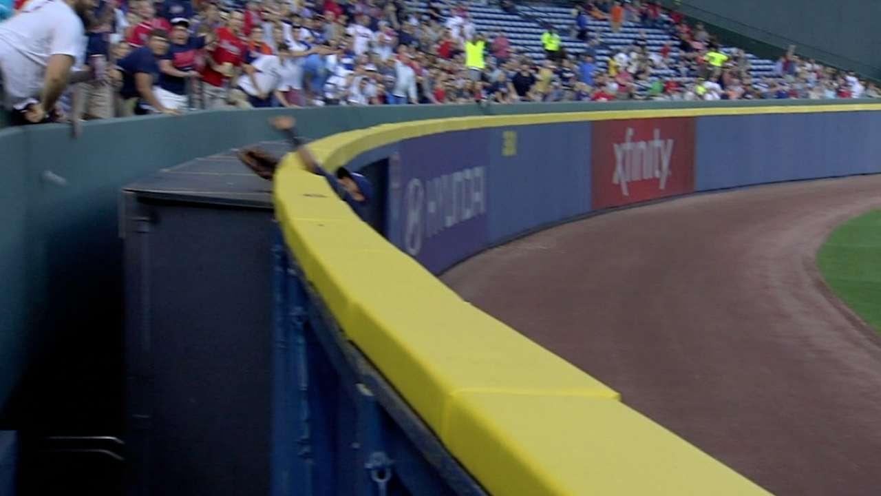 Davis loses glove on near robbery of homer