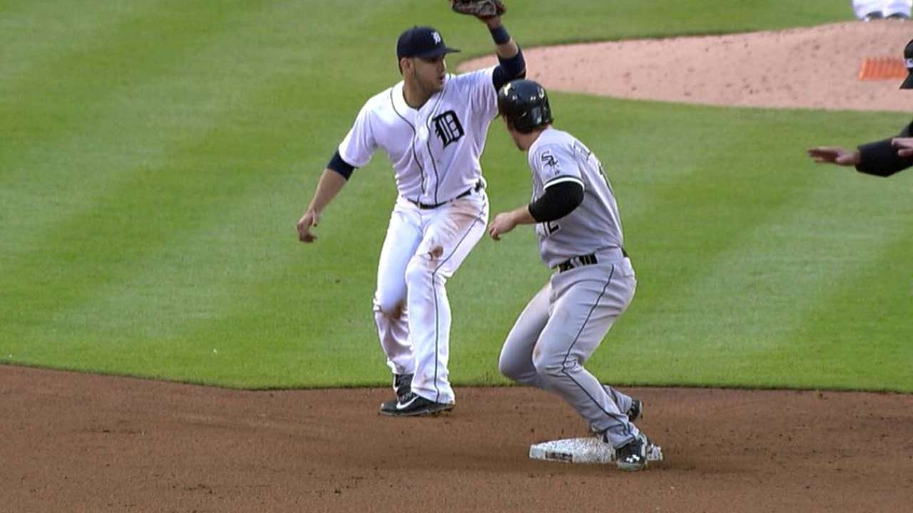 Stolen base overturned by Tigers' challenge
