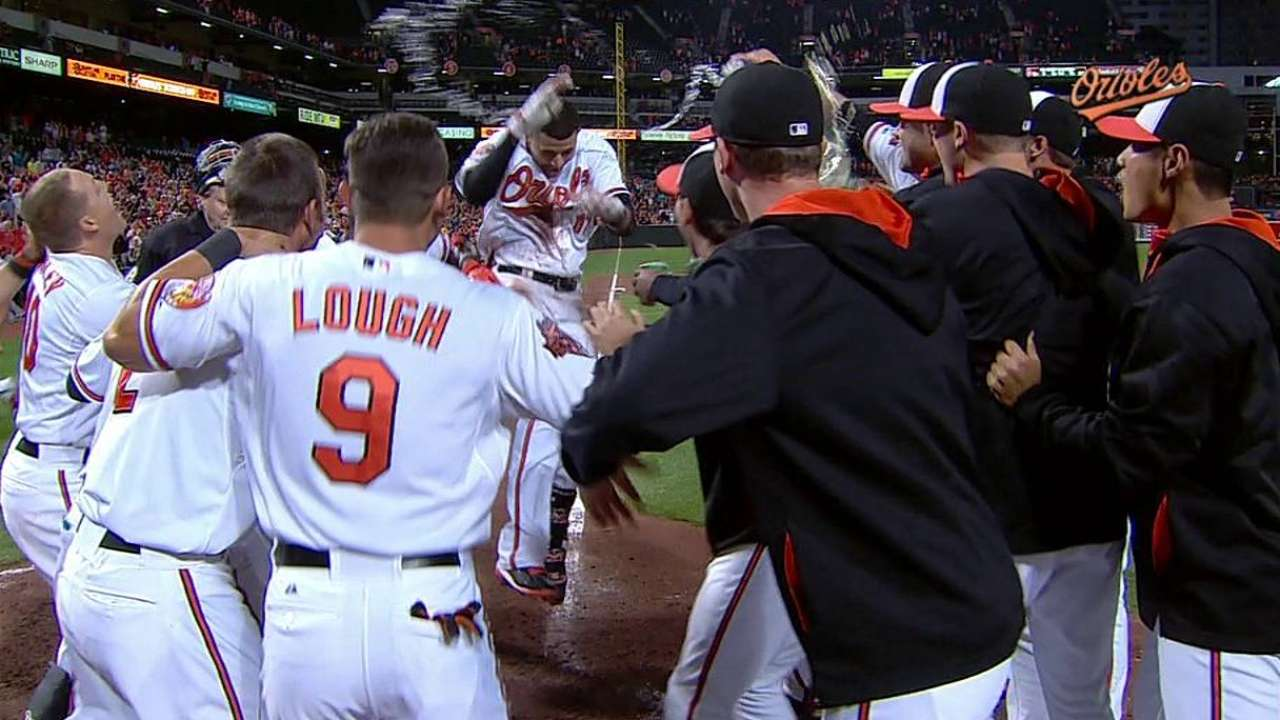 HR de Machado dejó tendidos a Angels en la 12da