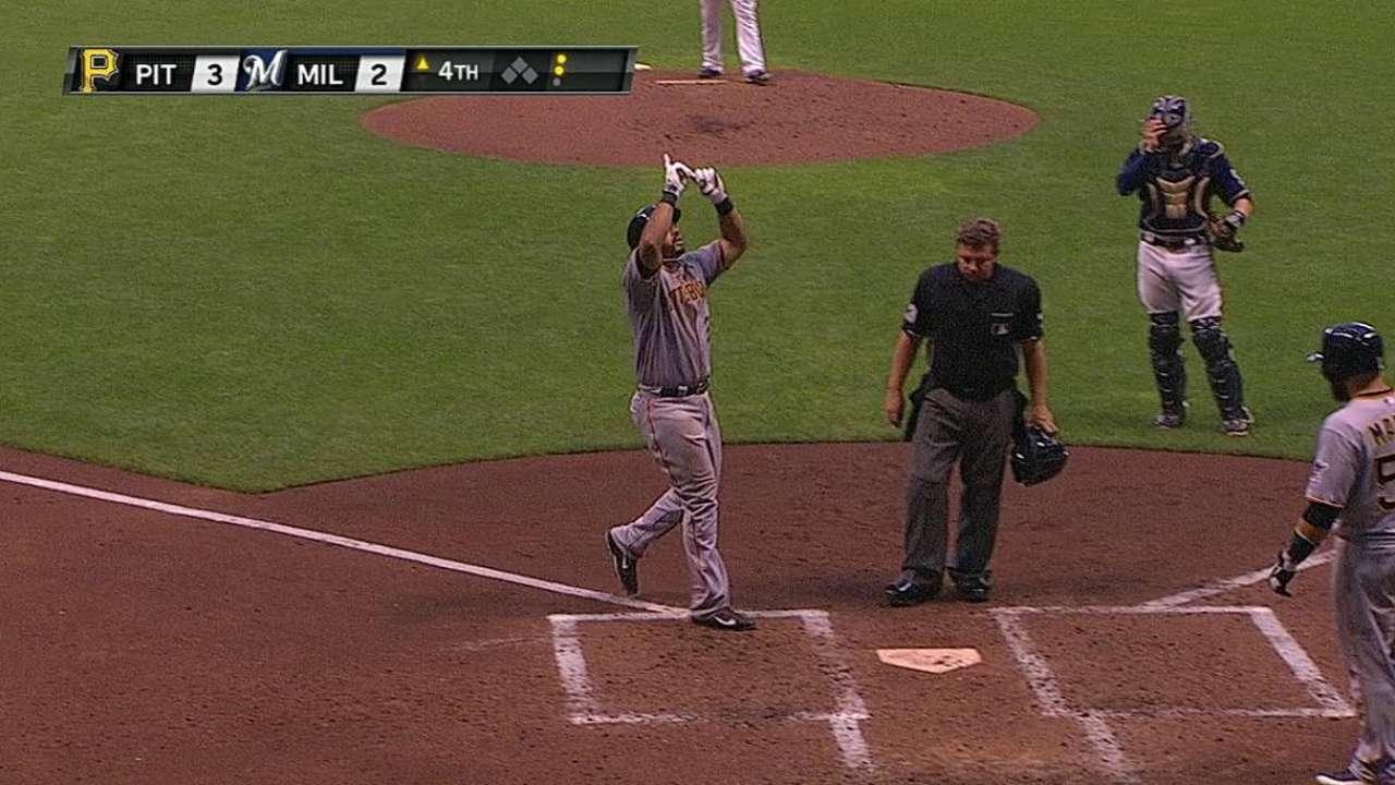 Álvarez dio dos HR y Pittsburgh aplastó a Milwaukee