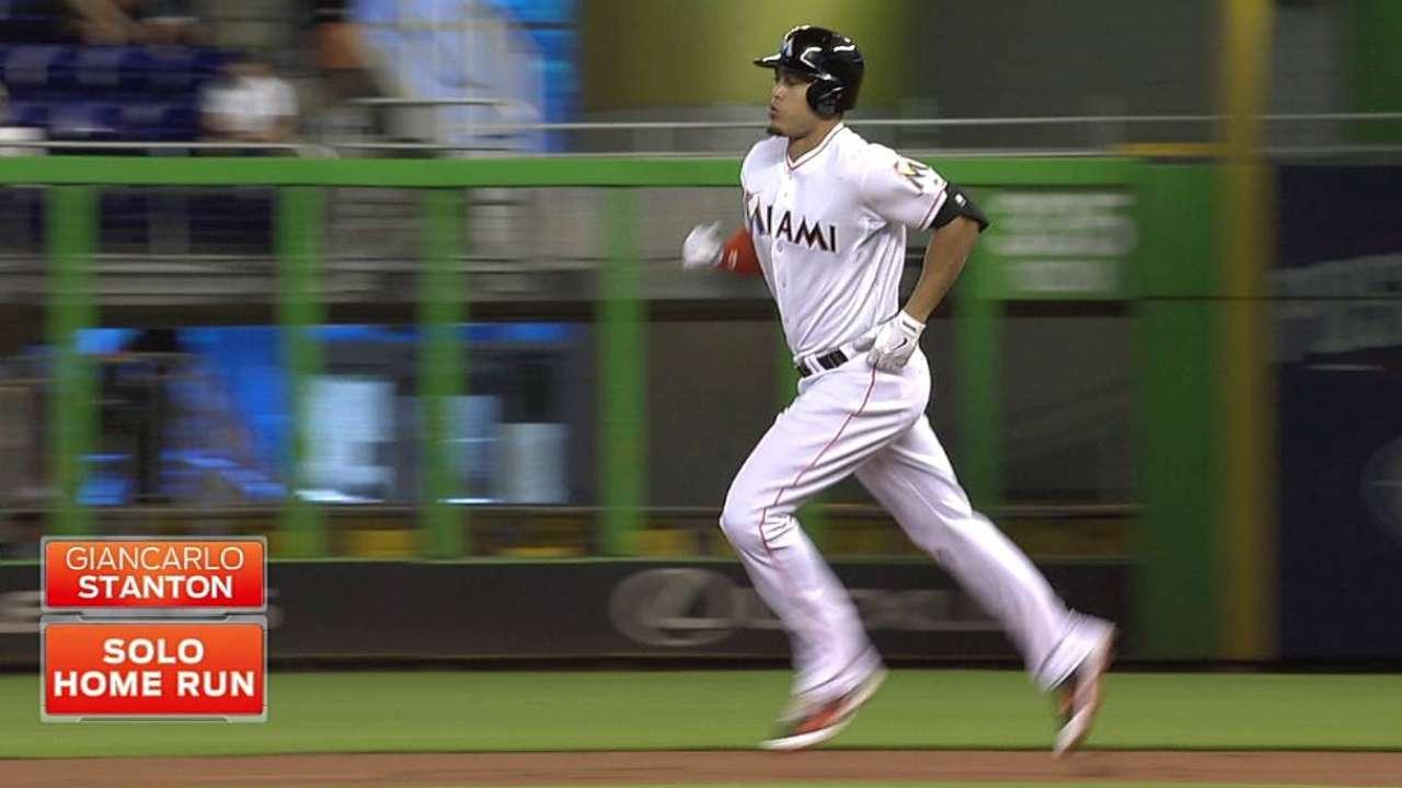 Stanton da cuadrangular y Marlins vencen a Mets