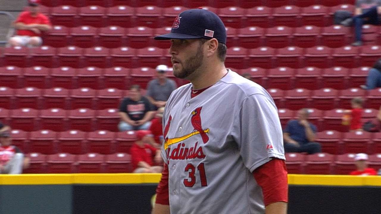 Lynn, Cardinals fall on wrong side of pitchers' duel