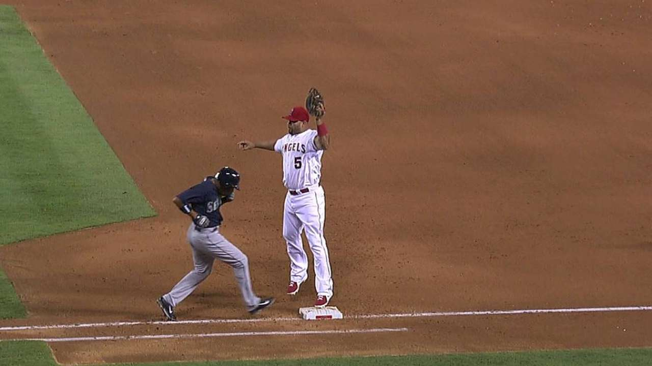 Scioscia's challenge overturns call at first base