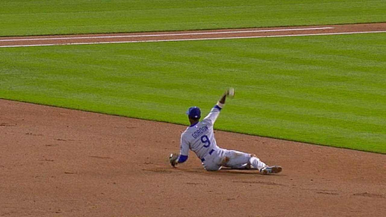 Dee pads Gold Glove resume with amazing play