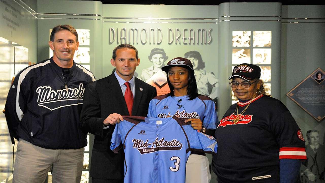 Mo'ne donates historic jersey to Hall of Fame