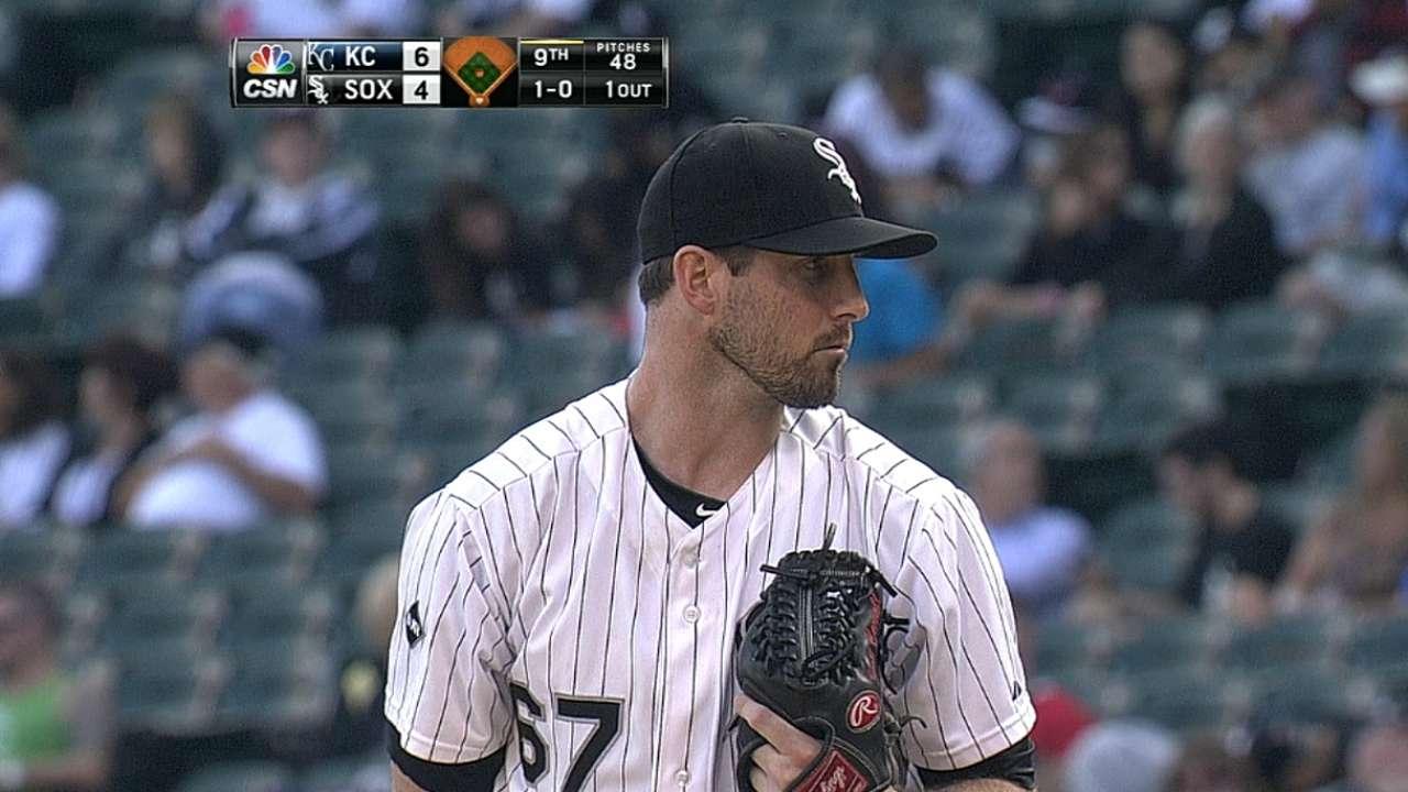 White Sox non-tender pitchers Carroll, Snodgress