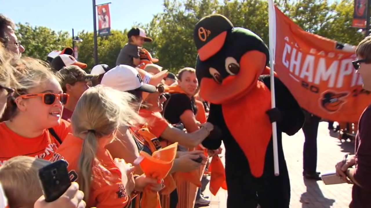 Fans give Orioles warm reception at Camden Yards